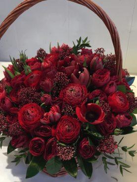 Большая корзина с цветами в цвете бордо