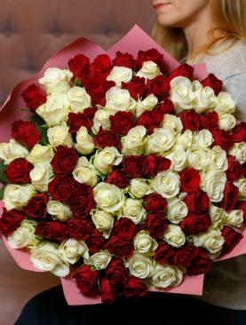 Букет из 101 красной и белой розы 40 см (Кения)