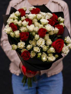 Букет из 11 красных роз 50 см (Кения) и 20 белых кустовых роз - M