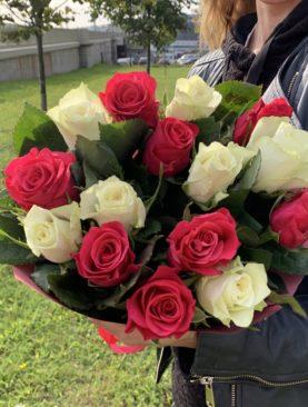 Букет из 15 белых и розовых роз 50 см (Кения)