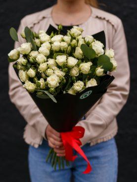 Букет из 15 белых кустовых с эвкалиптом