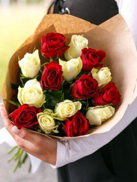 Букет из 15 красных и белых роз 50 см (Кения)