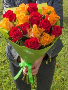 Букет из 15 красных и оранжевых роз 50 см (Кения)