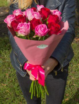Букет из 15 красных и розовых роз 50 см (Кения)