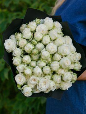 Букет из 15 пионовидных кустовых роз Бомбастик Мисс 50 см