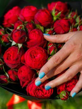 Букет из 15 пионовидных кустовых роз Ред Пиано 50 см