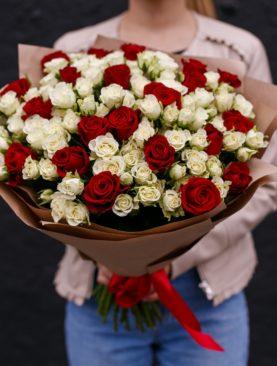 Букет из 21 красной розы 50 см (Кения) и 30 белых кустовых роз - L