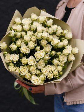 Букет из 25 белых кустовых роз 50 см (Кения)