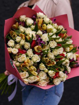 Букет из 25 белых кустовых роз и 16 альстромерий микс - L