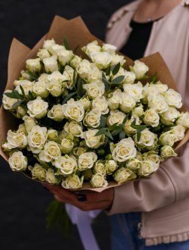 Букет из 25 белых кустовых роз с эвкалиптом