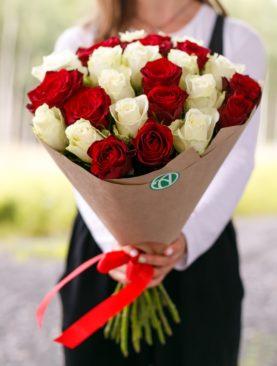 Букет из 25 красных и белых роз 50 см (Кения)