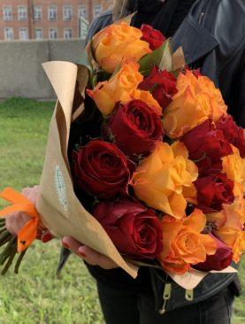 Букет из 25 красных и оранжевых роз 50 см (Кения)