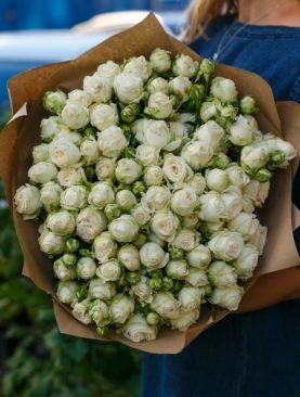 Букет из 25 пионовидных кустовых роз Бомбастик Мисс 50 см