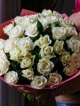 Букет из 35 белых роз 50 см с зеленью (Кения)