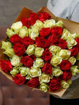 Букет из 51 красной и белой розы 40 см (Кения)