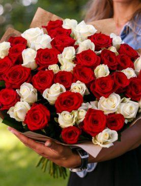 Букет из 51 красной и белой розы 40 см (РФ)