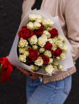 Букет из 7 красных роз 50 см (Кения) и 10 белых кустовых роз - S
