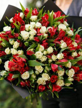 Букет из белых кустовых роз и альстромерии - L
