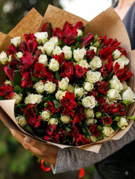 Букет из белых кустовых роз и альстромерии - М