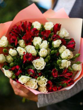 Букет из белых кустовых роз и альстромерии - S