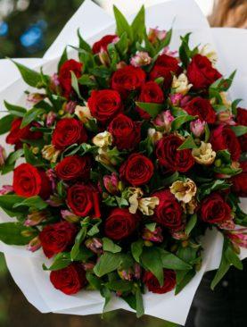 Букет из красных роз 50 см (Кения) и альстромерии - L
