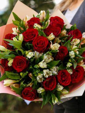 Букет из красных роз 50 см (Кения) и альстромерии - М