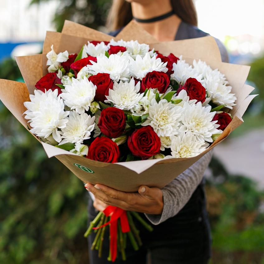 Букеты из белых хризантем и бордовых роз