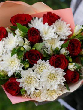 Букет из красных роз, хризантем и альстромерии - М