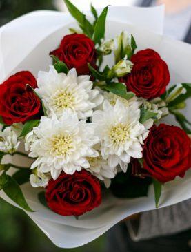 Букет из красных роз, хризантем и альстромерии - S