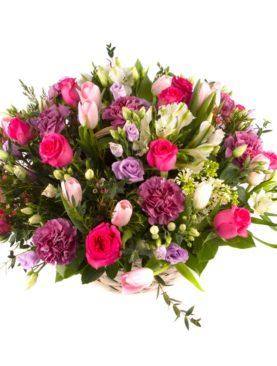 Корзина из роз, лизиантуса, гвоздики