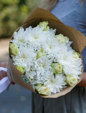 Букет из белых роз и кустовых хризантем - S