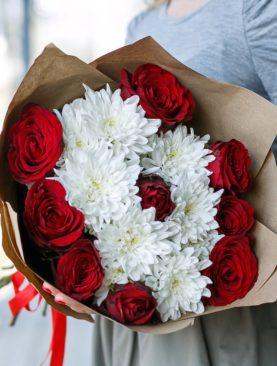 Букет из красных роз и кустовых хризантем - S