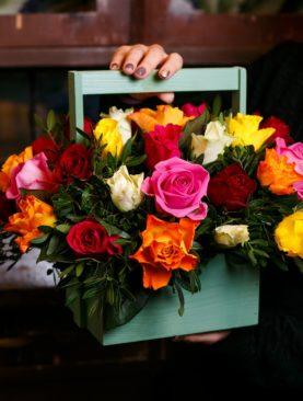 Деревянный ящик с 39 розами микс (Кения)