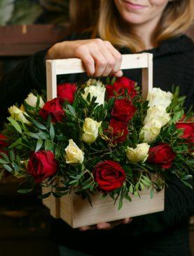 Деревянный ящик с красными и белыми розами (Кения)