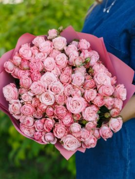 Букет из 25 пионовидных кустовых роз Мадам Бомбастик 50 см