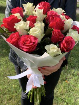 Букет из 25 розовых и белых роз 50 см (Кения)