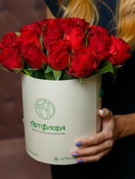 Букет в шляпной коробке small из 25 красных роз (Кения)