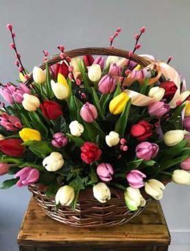 Корзина из 75 тюльпанов микс