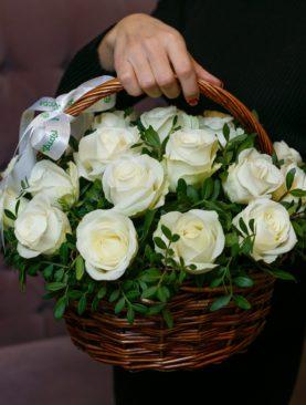 25 белых роз Кения (40 см) с зеленью в корзине