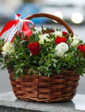 25 красных и белых роз Кения (40 см) с зеленью в корзине