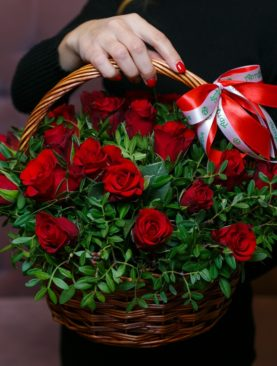 25 красных роз Кения (40 см) с зеленью в корзине