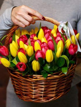 47 тюльпанов микс в корзине