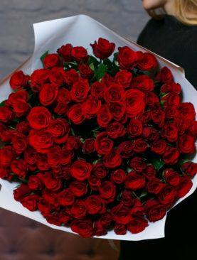 Букет из 101 красной розы 50 см (Кения) в белой упаковке