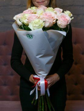 Букет из 15 белых и розовых роз 70 см (Эквадор)
