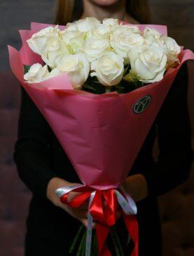 Букет из 15 белых роз 50 см (Кения) в розовой упаковке