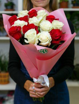 Букет из 15 красных и белых роз 50 см (Эквадор)