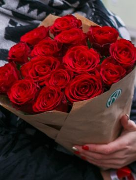 Букет из 15 красных роз 50 см (Кения) в упаковке крафт