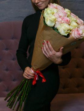 Букет из 25 белых и розовых роз 70 см (Эквадор)