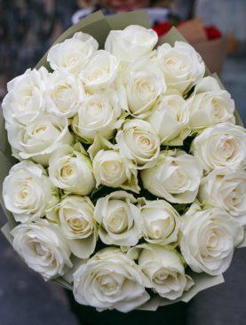 Букет из 25 белых роз 50 см (Кения) в зеленой упаковке
