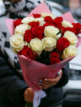 Букет из 25 красных и белых роз 50 см (Эквадор)